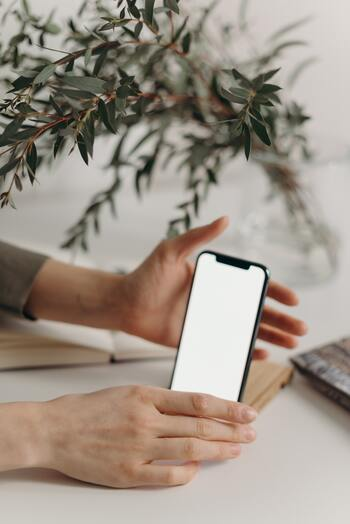 長時間にわたって文章入力する場合は、スマホ用のアームやスタンド、三脚で目線の高さに調節し、ワイヤレスのキーボードを導入して机の上などで操作するようにすると体への負担が激減します。