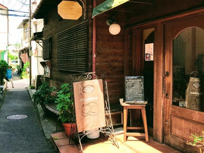 先の「小川軒」から御成商店街を進んだ左手の路地奥に佇むのが「KIBIYAベーカリー」。鎌倉には全国に名が轟く人気店がありますが、その筆頭に挙げられるのがこのお店です。【隠れ家的雰囲気の「KIBIYAベーカリー」】