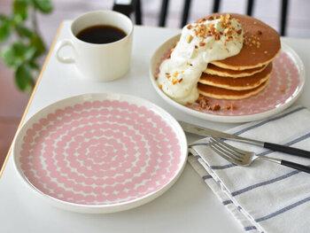 淡いピンクやブラックなどデザインによって雰囲気が異なり、組み合わせ次第で個性的なテーブルコーディネートを楽しめそう。