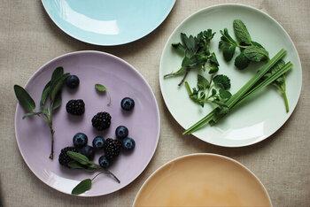 深みのあるカラーや爽やかなパステルトーンなどカラーバリエーションも豊富。色違いで揃えれば、食卓に季節を運んでくれそうです。