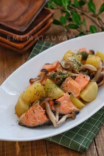 鮭を使ったこちらのレシピもお弁当にぴったり。鮭の色がお弁当の彩りとして映えます。めんつゆで味をまとめるので、間違いないおいしさです。