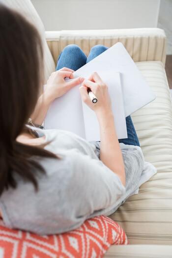 「じっくり自分について考えてみたいなぁ」「目標を決めてみたいなぁ」と思いながら、なかなかそのチャンスに恵まれないままにいるなら。時間がたっぷりある今こそ、のんびり自分の心の声に耳を澄ませるチャンスです。  シンプルに日記やウィッシュリストを作ってみるのはもちろん、自分の「WANT」に気づくためのノート術や、モヤモヤを手放すためのノート術などを取り入れてみても気持ちがスッキリしそうです。