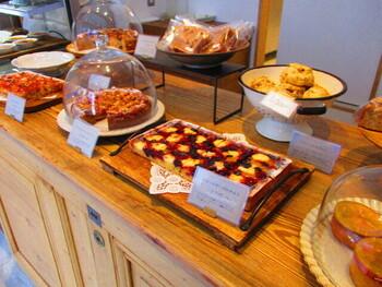 グレーを基調としたおしゃれな店内には、ケーキや焼き菓子がずらり。店内に広がる甘い香りとおいしそうなスイーツに気分が高まります。