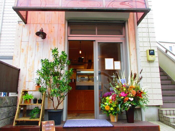 2020年にオープンしたば「チーズケーキ屋 ソラシナ」は、平日でも売り切れることが多い人気のお店。西荻窪駅南口から、吉祥寺方面に歩いて5分ほどの場所にありますよ。