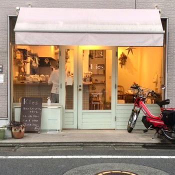 西荻の住宅街にひっそりとたたずむ「kies(キーズ)」はクッキーとお菓子のお店。かわいらしい外観と温もりのある光に誘われて入ってみたくなります。