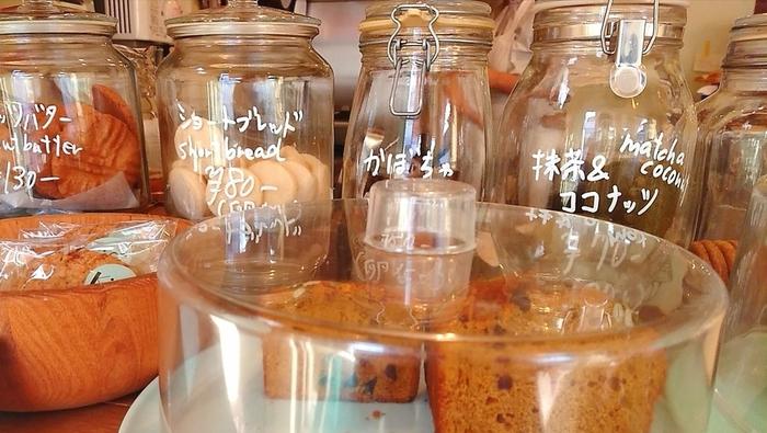 カウンターには、ガラス瓶に入ったクッキーがたくさん並びます。種類や値段を記入した手書きの文字にほっこり。