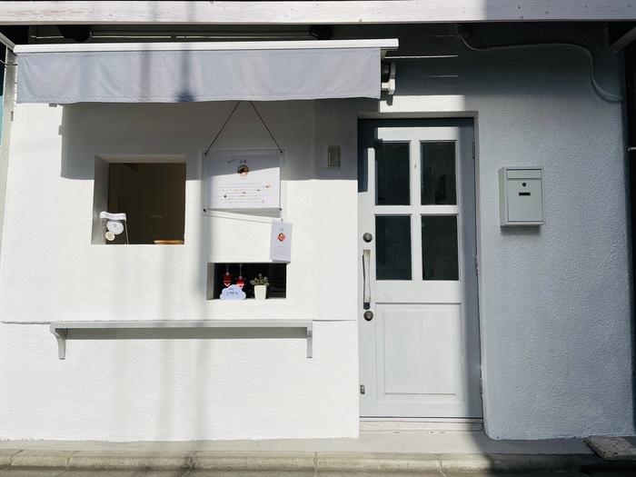 西荻窪駅から徒歩2分、荻窪方面へ向かうガード沿いにある「雲 (WAN)」は、2021年にオープンしたばかりの台湾スイーツ豆花(トウファ)とワンタンスープのお店です。