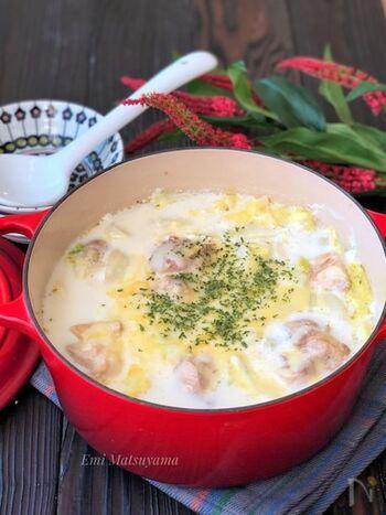 白菜1/2玉を使ったこちらのレシピ。とろとろの白菜が冷えた身体を芯から温めてくれます。白菜はザクザクと大きめにカットすると◎鶏肉がゴロっと入っているのでお腹満足になる一品です。