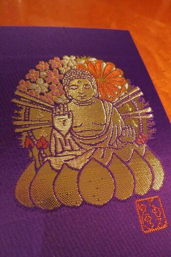 東大寺には篠原ともえ氏デザインの御朱印帳があります。紫色の生地に、表は盧舎那仏、裏表紙は鹿がデザインされています。