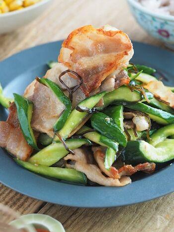 きゅうりを生で食べるのに飽きたら、豚バラと一緒に炒めてみましょう。味の決め手は塩昆布!おつまみにもぴったりの一品が完成します。炒めたときに見ずっぽくならないように、きゅうりの種はしっかりと取り除いておくのがポイント。