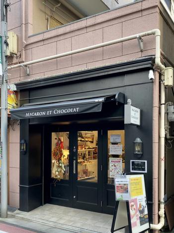 シックな外観が大人っぽい「MACARON ET CHOCOLAT(マカロン エ ショコラ)」は、西荻窪駅から歩いて15分ほどの場所のあります。海外の街角にあるような雰囲気がステキです。