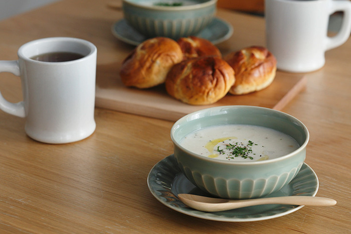 深さがあるタイプは「スープボウル」と呼ばれ、取っ手付きのカップタイプやリムなしのものはプレートを受け皿として組み合わせる使い方も。スープが冷めにくいよう蓋付きのデザインもあります。