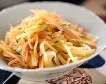 シャキシャキした食感を味わう中華サラダ。さっぱりしたヘルシーな副菜です。メインディッシュが中華でも和食でも合います。