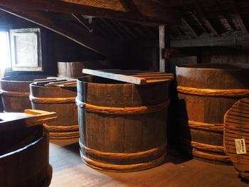 """日本酒は米をアルコール発酵させた""""もろみ""""と呼ばれるもので作られています。一般的な日本酒(清酒)はもろみを酒袋に入れて透明な液体だけを搾り出しますが、にごり酒の場合はあえて粗い目の袋で搾り、澱(おり)を残します。"""
