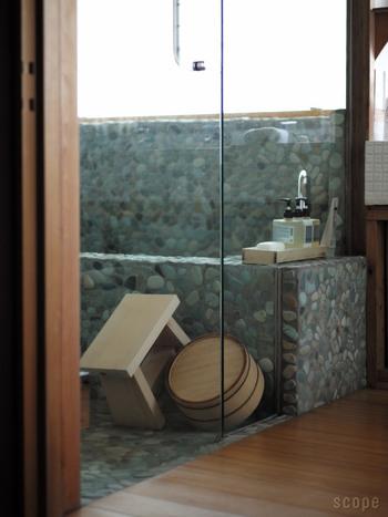 洋風の温泉ホテルも良いけれど、やっぱり日本ならではの和の風情漂う温泉旅館って、館内に入るだけで気分も落ち着くし癒されませんか? そんな、情緒あふれる温泉旅館の雰囲気をおうちの浴室で体験できそうなアイテムがこちら「東屋」の風呂椅子と湯桶です。