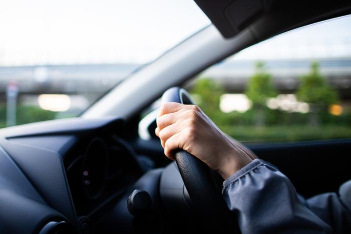 快適な車内を実現するために、いろいろなアイテムを利用している人も多いはず。一般的な粘着剤にくらべ、魔法のテープなら剥がし後も気にならず取り外しやお掃除も快適になります。  スマホも、専用スタンドなど用意することなく、貼り付けて固定できますよ。