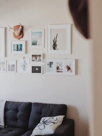 壁に写真や絵をディスプレイする際、フレームがぐらぐらしたり、壁面の素材によってフックの取り付けが難しかったりという場面でも、テープが大活躍。  パネルを壁に飾るとき、パネルの留め具に糸を引っ掛けて吊るすというときも、固定補助として、テープが活躍してくれますよ。