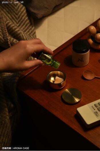付属品の素焼きのかけらは、九谷焼の製陶で出る破損した素焼きの器をデザイナー自ら細かく砕いたもの。ひとつひとつ形が異なるのが味わい深いですね。