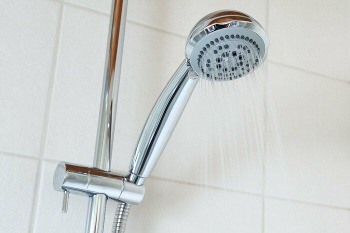 シャワーヘッドの水が出る角度は製品によってさまざま。使い勝手の悪い角度だとせっかくのお風呂タイムもイライラしてしまいます。口コミを見て確認したり、角度調整可能なシャワーヘッドを選んでみてください。