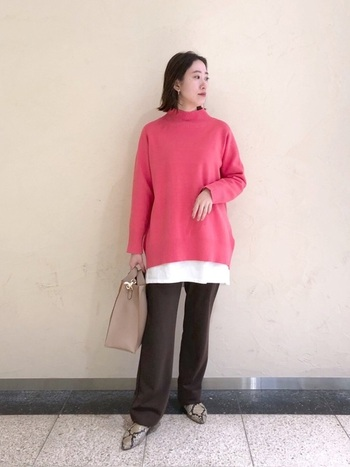 可愛いイメージが強いピンクもアースカラーを上手に取り入れるだけで、華やかでエレガントな大人な着こなしを楽しめます。さりげなくシューズにクールなアニマル柄を入れているのもカッコイイ!