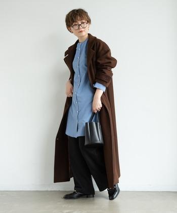 爽やかなブルーシャツには落ち着いたブラウンのアウターを羽織るすることで、見た目にもあたたかな印象に。春を感じさせつつも、まだまだ残る冬らしさもカバーしたコーデです。