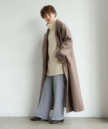全体的にくすみトーンでトレンド感をアップさせた着こなしです。キレイ色×アースカラーの間に、クリーム色のセーターを合わせているので、明るく爽やかなコーデに仕上がっています。