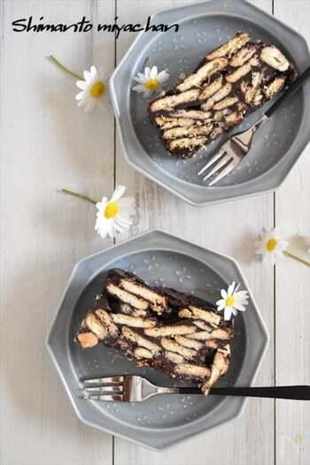 溶かしたチョコや生クリームなどを合わせ、適当に割ったビスケットやナッツを入れて冷やし固めます。あっという間に、断面がきれいなトルコのモザイクケーキのできあがりです。