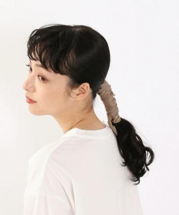 サッとひとつ結びをした上から、ぐるぐると巻くだけでおしゃれ見えが叶うヘアワイヤー。ギュッと詰めて巻いたり、隙間を開けて巻いたり、さまざまなアレンジも可能です。サテン素材が大人っぽい印象のヘアアクセサリー。