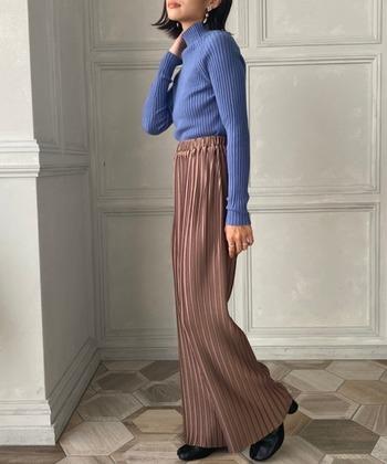アースカラーのボトムスは重たい印象になりがちですが、プリーツデザインのボトムスなら軽やかさがあるので、春風を運んでくるかのような爽やかなスタイリングに。