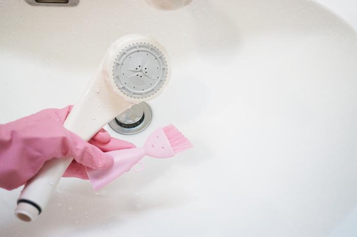 シャワーヘッド表面についた水垢などの汚れは、浴室用中性洗剤ブラシやスポンジで軽くこすり洗い。ホースのつなぎ目なども一緒に洗っておきましょう。