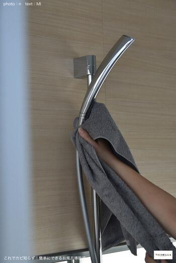 シャワーヘッドの交換の目安は約5年といわれています。ホースとの境目からの水漏れやホースのカビや水垢が洗っても落ちなくなってきたら取り換えのサインです。