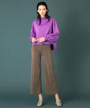 パープル×ブラウンは、秋冬っぽい印象になりやすいカラーの組み合わせですが、足首を見せることで春らしい雰囲気をアップ。トレンドのフレアデザインを取り入れることで、先取り感のある旬な着こなしに。