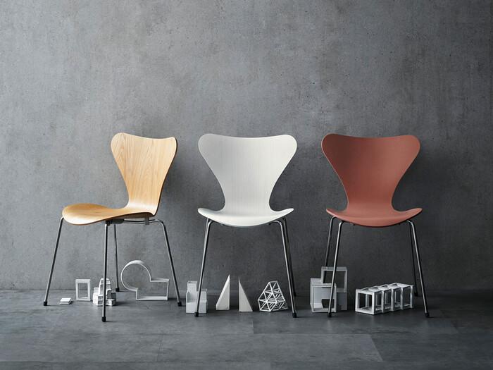 デンマークの建築家でありデザイナーの「アルネヤコブセン」によるデザインのセブンチェア。インテリア雑誌などで見たことがある方も多いと思いますが、デンマーク家具の老舗メーカー「フリッツ・ハンセン」社を代表する椅子です。