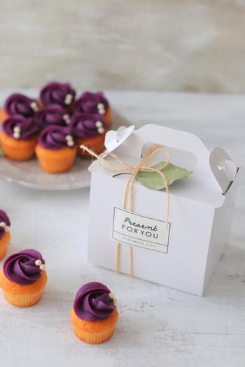 ホワイト箱に麻紐を二重にかけて、シンプルなモノトーンシールを貼った大人っぽいラッピングです。箱を開けるとかわいらしいミニカップケーキが入っているから、ギャップにメロメロになりそう♪