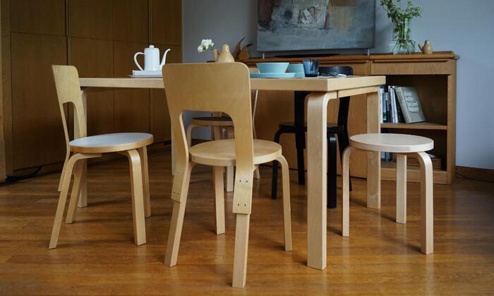 映画「かもめ食堂」でも使われておりフィンランドで最もポピュラーなこの椅子は、イッタラなどでお馴染みのデザインの巨匠、アルヴァ・アアルトによるチェア66。1935年に発売されてからロングライフデザインとして長く愛されています。
