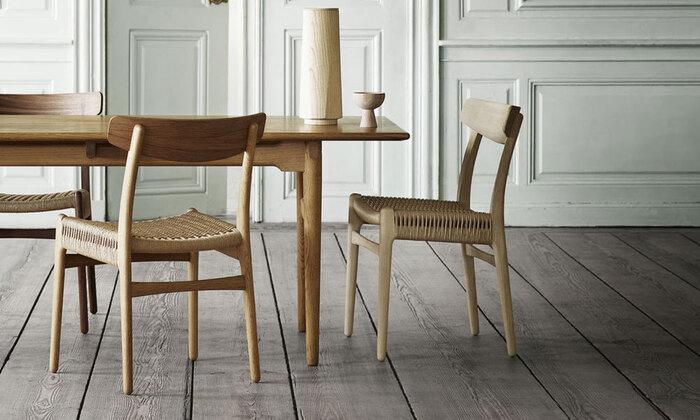 Yチェアと同じウェグナーによる椅子ダイニングチェアCH23。こちらは1950年に生産されたものの以降50年に渡り出回ることがなかった椅子なんです。高い評価を得ながらも長い間日の目を浴びることがなかったこの椅子が、2016年に待望の復刻販売を開始し、今ではYチェアと並ぶ人気の椅子となりました。