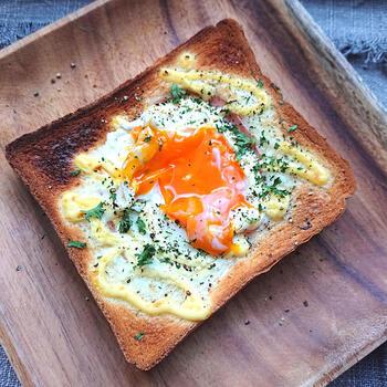 食パンにハムと卵を乗せてマヨネーズをかけ、トースターで焼くだけ!とっても簡単なので、忙しい朝にもぴったりなレシピです。
