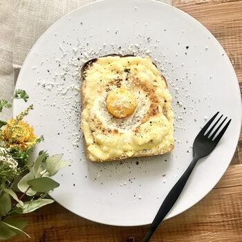 厚切りのスパムを使った、ボリューム感いっぱいのエッグトースト。とろけるチーズをたっぷりとかけて、ピザ風にして贅沢にいただきましょう。