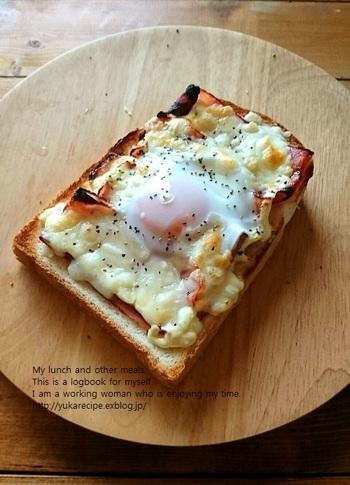 ハムの代わりにベーコンを使えば、カリリとジューシーなエッグトーストが作れます。いつものエッグトーストよりも旨味と濃い味を楽しみたいときに◎