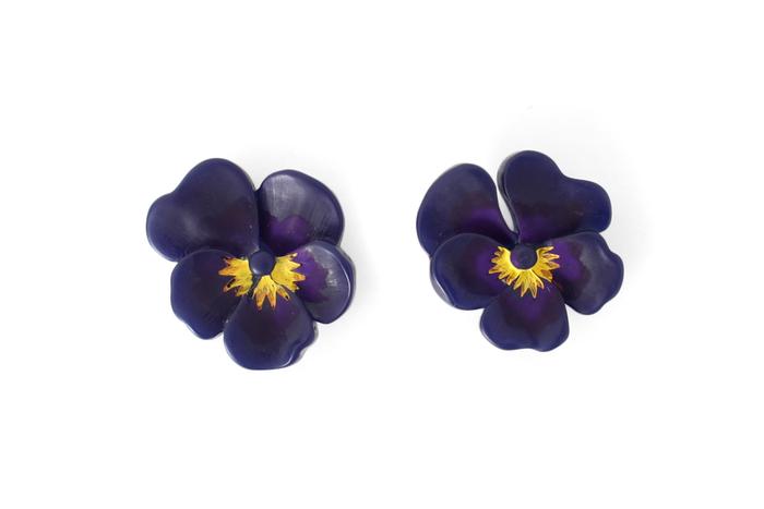 「petite robe noire」で人気のパンジーモチーフのピアス。繊細なデザインと色使いが、耳元に上品な花を咲かせます。左右で少しだけパンジーのデザインが違うのもこだわりポイントです。