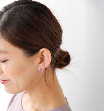 淡い色合いが耳元を優しい印象に見せます。カラーニットとコーデを楽しむのもおすすめです。