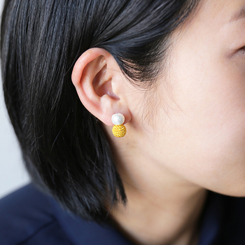 カラーによって耳に密着するタイプと揺れるタイプに分かれています。ガーリーなヘアスタイルはもちろん、あえてボーイッシュなショートヘアに合わせるのもおすすめです。