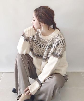 ルーズな三つ編みに、フープピアスを合わせたコーデ。ゆるっとしたナチュラルな雰囲気が素敵です。ロングヘアだとピアスが目立ちにくいので、ピアスを際立たせたいときは髪を軽くまとめると良いでしょう。