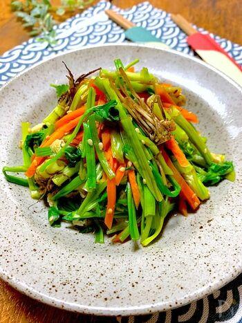 「手早く作りたい」という時におすすめしたいのが、こちら。白だしで軽く炒め煮するだけの手軽なレシピです。 根と茎は先に炒めて、葉は最後に加えるのが食感を失わないコツですよ。