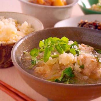 スープの具材としても、セリは大活躍します。 ひと煮立ちさせたあと、最後のトッピングにもフレッシュなセリを乗せて。彩りが豊かになり、グッとプロっぽい仕上がりになりますよ。