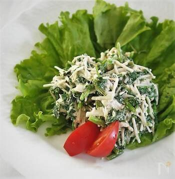 食物繊維が豊富なエノキタケは、栄養面でも食感の良さでもセリとの相性が抜群。ツナマヨに練りわさびを混ぜると大人の味に仕上がります。