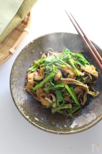 秋田県では、きりたんぽ鍋をはじめとするさまざまな料理でセリが使われています。 こちらは、しらたき、しいたけ、油揚げと一緒にセリを蒸し焼きしている秋田の郷土料理。心がホッ安らげる和の一品です。