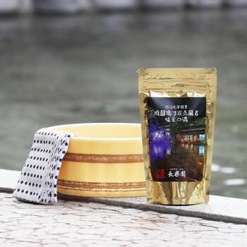島根県松江市玉湯町玉造にある、玉造温泉は、規模、歴史ともに島根県随一の温泉で、美肌の湯として人気があります。こちらのアイテムは玉造温泉にある「湯之助の宿長楽園」の源泉を分析して再現した、おうちで温泉気分を味わえる入浴剤で、約10回使用することができます。