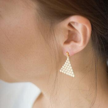 ゴールドやシルバーのラメ糸が耳元をエレガントに彩ります。