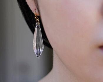 「HARIO Lampwork Factory」のシードピアス・イヤリングは、縦長の大きめサイズ。ガラスの透明感とシャープなデザインが耳元に洗練された煌めきをプラスしてくれます。